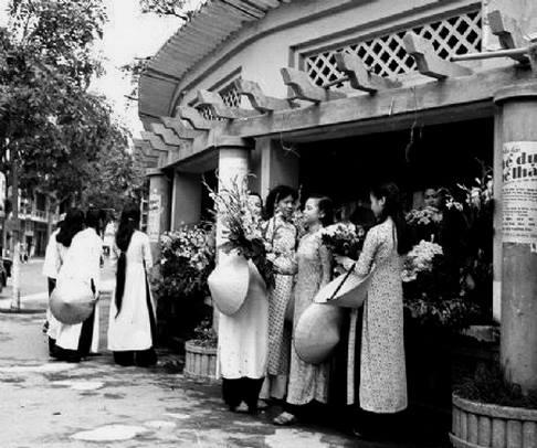 022. Nhà bán hoa ven hồ góc đường Hàng Khay đối diện Bách hóa tổng Hợp Hà Nội nay đã bị phá