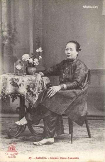 022Để móng tay dài, trang sức quấn đầy quanh cổ và đôi tay thể hiện sự giầu sang của những phụ nữ này.