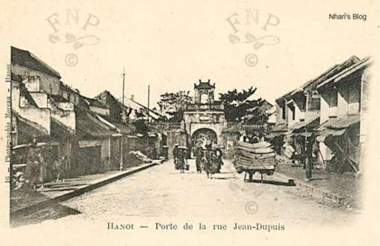 Bức ảnh thường được dùng để minh hoạ tên phố. Theo sông Hồng chiếu được chở từ các địa phương về bán ở đây-Năm 1902. Đường bờ sông xuất hiện cây cột điện. Nhưng chưa thấy cây xanh