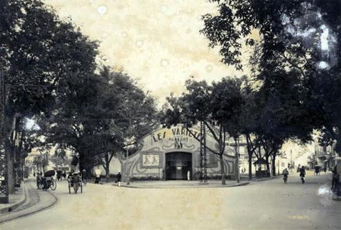 022Đền Bà Kiệu nằm ngay trước cổng đền Ngọc Sơn. Nay một phần của ngôi đền này trở thành tượng đài