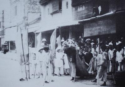 023.Đoàn múa sư tử (hay còn gọi là múa lân) của trẻ con Hà Nội