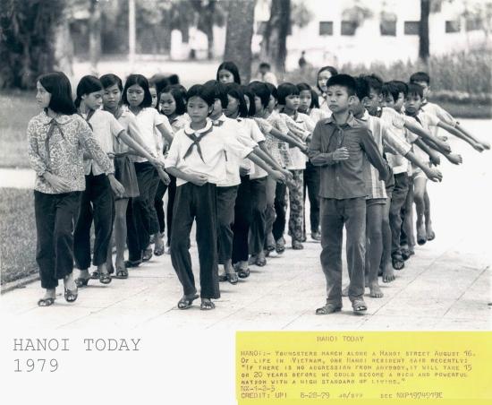 023-HÀ NỘI (28-8-79) Các thiếu nhi diễn hành dọc một đường phố ở Hà Nội hôm 16-8