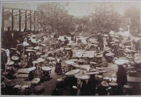 Chợ có khu vực bán rau quả kéo dài ra gần sông Hồng, gần với các bến bãi bán tre nứa được thả từ miền thượng du về. Một Hà Nội của những người bán rong đã có thời đó.