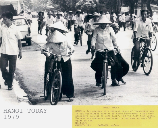 024-HÀ NỘI (28-8-79) Xe đạp là phương tiện đi lại phổ biến tại thủ đô Hà Nội của VN. Vào giữa tháng 8 thấy rất nhiều cư dân đạp xe đi làm hàng ngày
