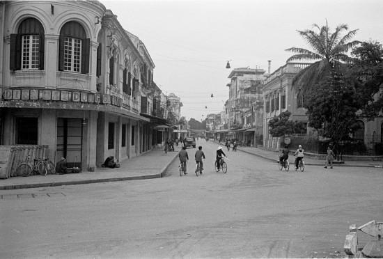 025HANOI 1979-Phố Tràng Tiền, nhìn từ quảng trường phía trước Nhà Hát Lớn