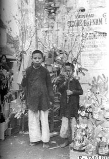 026.Đào tết tại chợ Đồng Xuân năm 1929