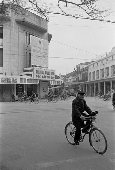026-HANOI 1979_Ngã tư Đinh Tiên Hoàng (ngang) và Tràng Tiền (thẳng) nhìn về Nhà hát Lớn Hà Nội