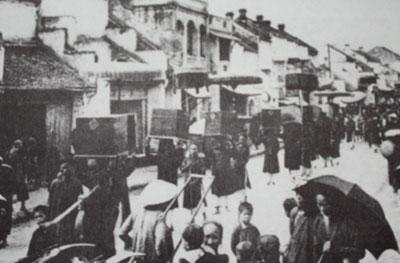 027.Đám rước Thành Hoàng về đình làng đi qua phố Hàng Cân