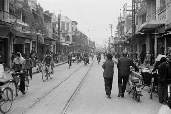027-HANOI 1979_3 phố thẳng tắp liên nhau Đồng Xuân, Hàng Đào, Hàng Ngang. Đường tàu điện tuyến Bưởi-Bờ Hồ- Bạch Mai