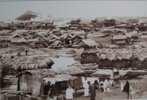 Khu bến bãi bán tre nứa ở sát sông Hồng với các bè tre được thả bè từ thượng du về.