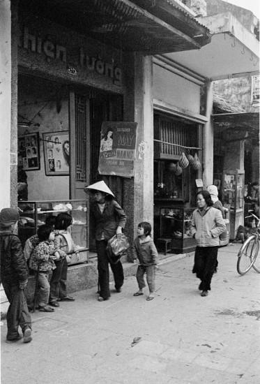 028-HANOI 1979- Một cửa hàng trên phố