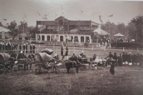 .Sân Quần Ngựa khi mới được xây dựng. Ảnh chụp từ bộ ảnh của Rousseau trưng bày tại Thư viện Quốc gia.