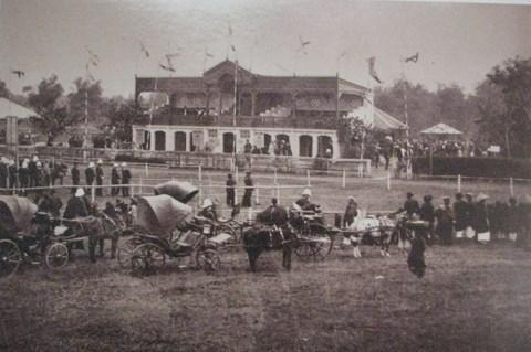 030.Sân Quần Ngựa khi mới được xây dựng. Ảnh chụp từ bộ ảnh của Rousseau trưng bày tại Thư viện Quốc gia.