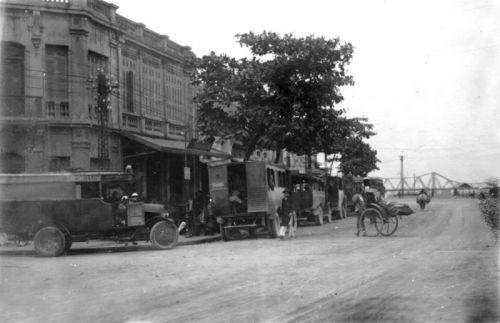 032.Con phố Ven Sông Hồng nối từ cầu Long Biên đi về phia Nhà Hát Lớn Hà Nội thời đó được coi như tuyến phố thương mại mới