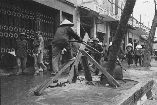 032-HANOI 1979-Cưa xẻ gỗ trên phố
