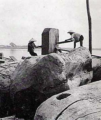 032.Xẻ gỗ trên bãi sông Hồng (ảnh chụp năm 1940)