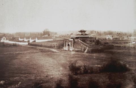 033.Theo sử chép thì Toàn quyền Armand Rousseau là người thực hiện vì việc khánh thành khởi công năm 1896 và kết thúc năm 1897.