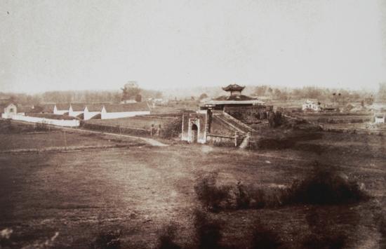 Theo sử chép thì Toàn quyền Armand Rousseau là người thực hiện vì việc khánh thành khởi công năm 1896 và kết thúc năm 1897.