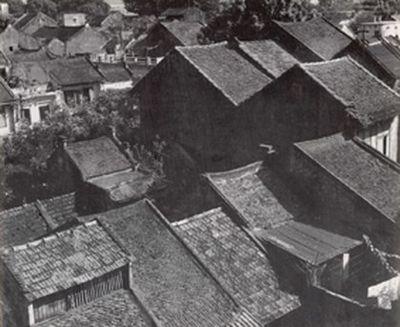 034.Những mái nhà cổ rồi xuất hiện thay thế dần bởi những mái nhà ngói Tây
