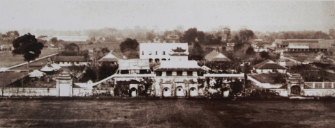 034.Bộ ảnh còn lưu lại nhiều bức hình quý giá về thành Hà Nội trước khi bị phá hủy. Trong ảnh, Cửa Đoan Môn thẳng với Sở Pháo thủ của quân Pháp.