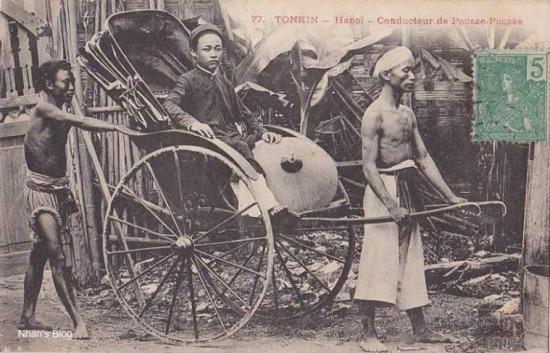 Đàn ông có nón dứa, nón lông có chóp bằng bạc hoặc đồng.