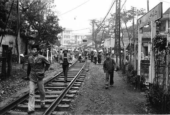 035-HANOI 1979-Đường tàu hỏa đi qua nội đô Hà Nội