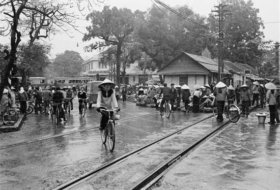 036-HANOI 1979_Đường Lê Duẩn (trước 1986 là Đường Nam Bộ, xa xa là cửa hàng bách hoá Tổng Hợp Cửa Nam)