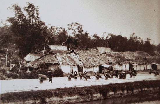 Cầu bắc vào Cửa Đông thành Hà Nội. Trước khi Pháp làm chủ thành Hà Nội thì Hoàng thành Thăng Long đã 2 lần phải sửa chữa lớn. Vua Gia Long thu nhỏ lại, vua Minh Mạng hạ thấp thành thêm một mức.