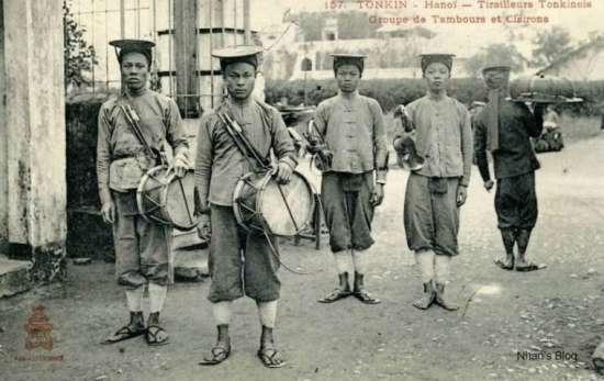 Nón lính giống như cái đĩa to, ken bằng cật tre, ở giữa có chỏm bằng đồng như cái mũi giáo nhỏ, khi đội phải buộc quai chặt vào cằm.