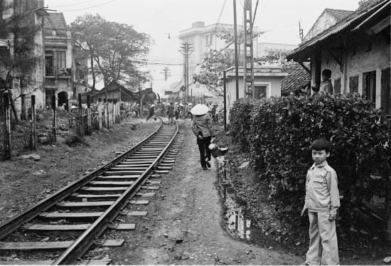 037-HANOI 1979_Đường tàu hoả vào ga Hàng Cỏ. Tàu hoả đang từ đất ga Hàng Có tiến ra. Phố Nguyễn Khuyến (Sinh Từ cũ,Từ chỗ cắt ngang trở đi là lãnh địa Ga Hàng Cỏ)