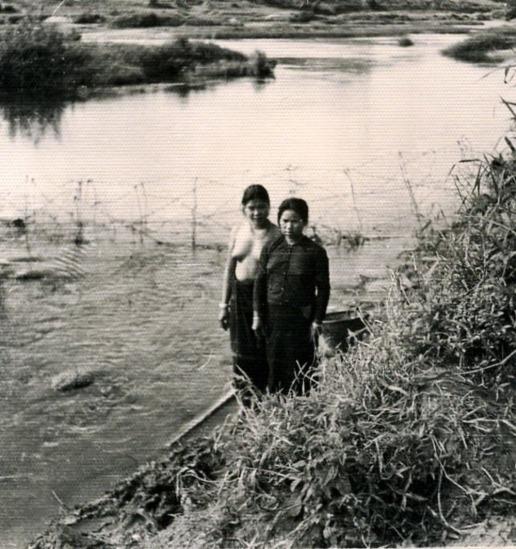 045.Người dân tộc Thái tắm trên sông Nậm Rốn, 3-1954.