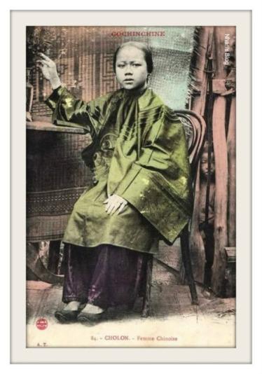 051.Phụ nữ người Hoa. Điểm thú vị là trong khuôn hình còn có một nhân vật thư hai.