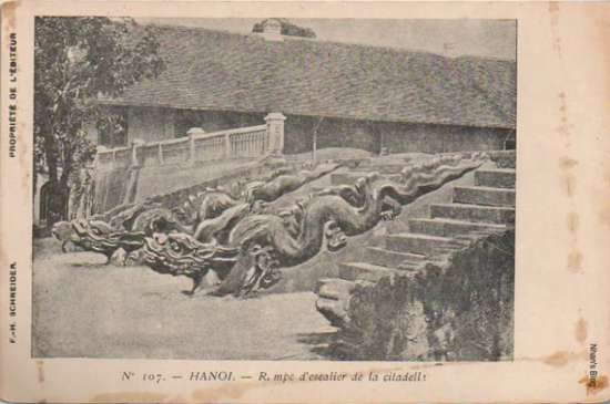 Điện kính thiên trong Hoàng Thành chỉ còn  nền. Người Pháp dựng trên đó sở chỉ huy pháo binh