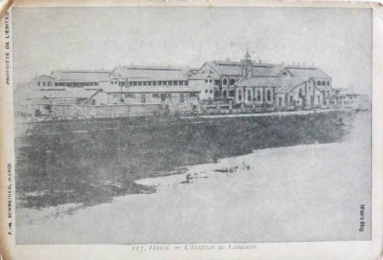Bệnh viện Lanessan, thường gọi là nhà thương Đồn Thủy, ngày nay là Quân y viện 108 và Bệnh viện Hữu Nghị, khánh thành năm 1893. Bờ sông khi đó được kè để xây dựng bệnh viện. Ngày nay dòng chảy dòng sông đã rời xa nơi này.