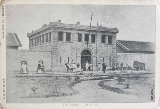 Hỏa Lò được xây năm 1896 ở khu vực khi đó là ngoại vi thành phố làm nhà tù trung ương của cả hai xứ Trung và Bắc Kỳ