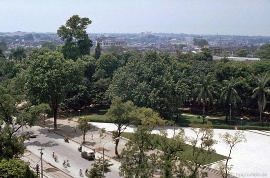 """Góc vườn hoa Lê Nin những năm """" bao cấp"""" nên nhìn về phía cung Hữu Nghị Việt - Xô thấy nhà còn thấp tầng."""