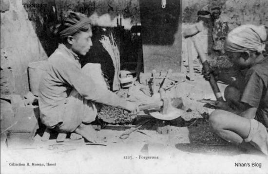 """Đến đầu thế kỷ 20, người Pháp xây dựng nhiều nhà cửa, nhất là họ làm đường xe lửa và các cầu sắt, một số vật liệu được đưa từ Pháp sang còn thì phải đặt làm tại chỗ đủ thứ như bù lông, bản lề, cửa sắt. Nhiều thứ như cửa sắt, ban công đòi hỏi kỹ thuật cao, thợ thủ công của ta chóng quen làm và được tín nhiệm. Những đồ hàng mới đó được gọi là """"hàng Tây"""" để phân biệt với """"hàng Ta""""cổ truyền. Phố Lò Rèn sản xuất cả hai thứ; người Pháp gọi phố này là phố Thợ Rèn. Hiệu Thế Long của Nguyễn Thế Tảo là người đầu tiên nhận hàng của sở Hoả xa đặt, rèn đinh bù lông và đồ sắt nhỏ khác để làm đường sắt xây nhà ga."""
