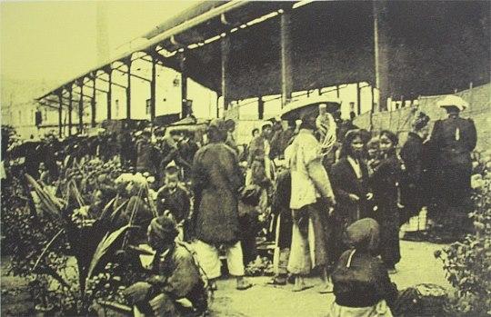 Bên ngoài cổng chợ Đồng Xuân
