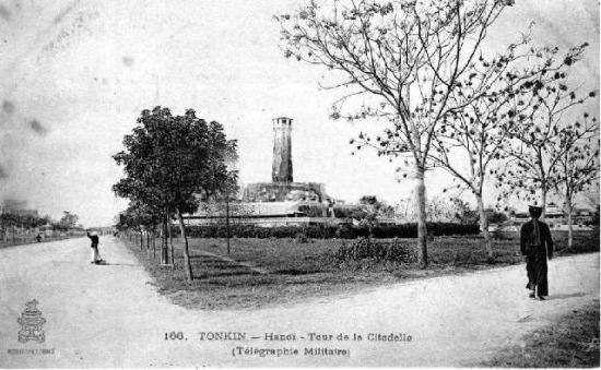 Ảnh chụp đường Puginier (Điện Biên Phủ) bên trái, và đường đi vào trại lính Pháp bên phải (nay là Nguyễn Tri Phương). Cột Cờ nằm sát đường