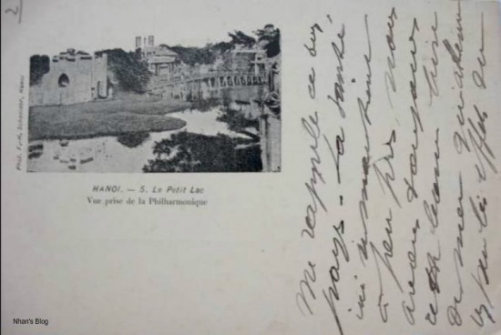 Hồ Gươm nhìn từ Hội hiếu nhạc (vị trí Nhà hát múa rối Thăng Long đầu phố Hồ Hoàn Kiếm ngày nay). Trong ảnh thấy Nhà thờ lớn, một công trình được xây dựng phía Tây Hồ Gươm, trên khu đất Chùa Báo Thiên, hoàn thành vào năm 1886.
