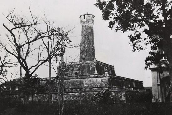 Cột cờ Hà Nội (1935), được xây dựng cùng thời với thành Hà Nội dưới triều nhà Nguyễn (bắt đầu năm 1805, hoàn thành năm 1812)
