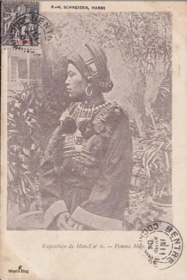 Triển lãm còn mang đến cho dân chúng những nét văn hóa các dân tộc Việt Nam cũng như quốc tế. Hình ảnh một phụ nữ người Mán tại một gian hàng tham dự triển lãm