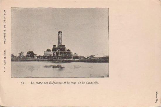 Có thể nhận ra Đoan Môn . Trước cột cờ là hồ Voi, bị lấp vào khoảng năm 1897, ngày nay là đường Điện Biên Phủ và vườn hoa Lê Nin.