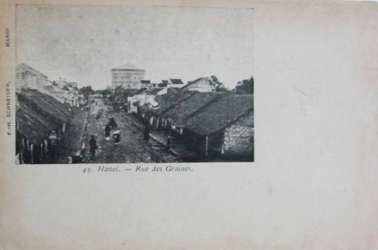 Cuối thế kỷ 19, Hà Nội gặp mấy trận dịch nặng nề, Tổng trú sứ Paul Bert cũng lâm bệnh chết, khiến người Pháp phải hoàn thiện hệ thống cấp nước sạch theo lối châu Âu, thay cho việc sử dụng nguồn nước giếng, nước mưa hay nước ao, hồ đánh phèn. Năm 1894 hai tháp nước ở Hàng Đậu và Đồn Thủyđược xây dựng để cung cấp nước cho khu Thành cổ - lúc này là nơi tập trung quan chức và binh lính người Âu cùng với khu dân cư 36 phố phường. Đá tảng dùng để xây được lấy từ đá hộc dỡ của thành cổ.