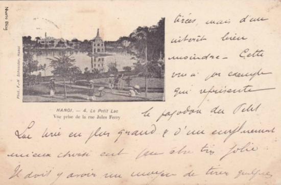 Hồ Gươm nhìn từ phố Hàng Trống (Jules Ferry). Có thể nhận thấy tượng Nữ thần Tự do đặt trên noc Tháp Rùa
