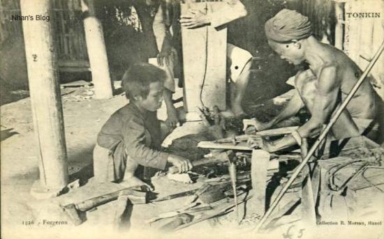 Cảnh lao động ở một lò rèn. Xưa kia ít nhất phải có hai người tham gia công việc: một người rèn, một người kéo bễ - loại dụng cụ thổi lửa  (trong tay người đàn ông khuất mặt)