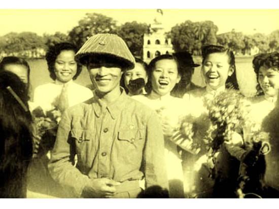 Chiến sĩ giải phóng Thủ đô được các cô gái chào đón