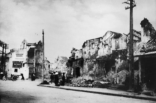Cuối phố Bát Sứ-Trong chiến sự cuối năm 1946 đầu 1947, phố Bát Đàn bị tàn phá nghiêm trọng, nhà cửa bị đổ hoặc bị hư hại nặng. Cả phố chỉ còn sót lại có bốn nóc nhà là nguyên vẹn: nhà số 3, 5, 7 và 11. Đến thời tạm chiếm, hai mặt đường phố mới được khôi phục lại.