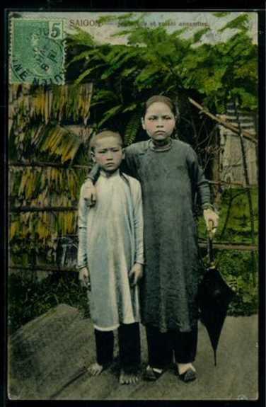 Hai chị em gái ở Sài Gòn.