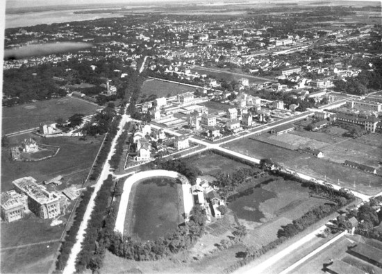 Một sân vận động nằm cách không xa Cột cờ Hà Nội.